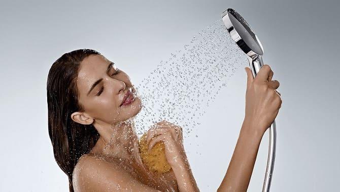 Девушка моется в душе
