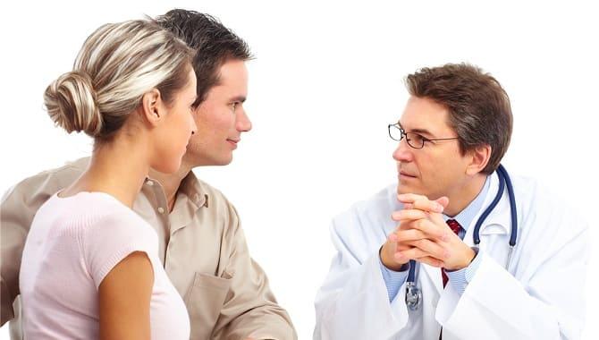 Девушка и мужчина у врача