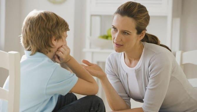 Мама объясняет ребенку
