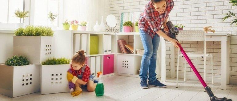 Мама с дочкой убирают в комнате