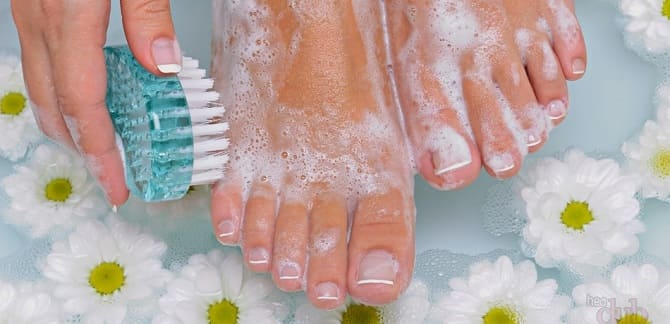 Моет ноги