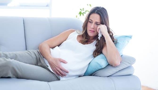Беременная девушка расстроена