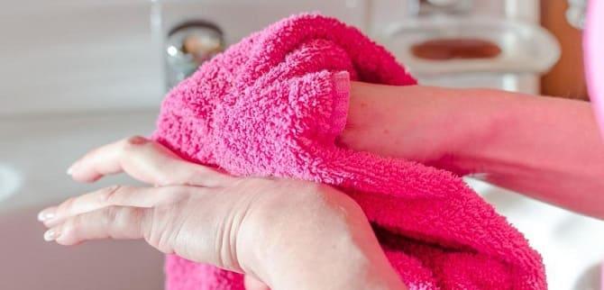 Вытирает руки полотенцем