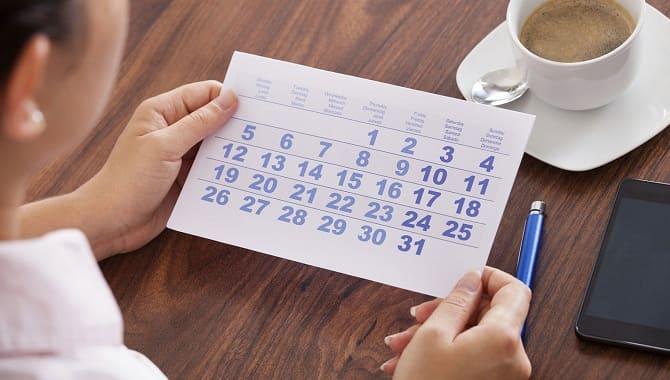 Смотрит в календарь